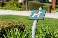 Κανένα σκυλί που επιτρέπεται στο σημάδι περιοχής χλόης Στοκ Εικόνα