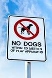 Κανένα σκυλί που επιτρέπεται το σημάδι σε μια δημόσια παιδική χαρά Στοκ Φωτογραφίες