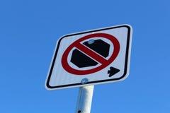 Κανένα σταματώντας δικαίωμα του σημαδιού ενάντια στο μπλε ουρανό Στοκ Φωτογραφίες