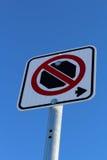 Κανένα σταματώντας δικαίωμα του σημαδιού ενάντια στο μπλε ουρανό Στοκ Εικόνες