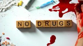 Κανένα φάρμακο δεν διατυπώνει σε ετοιμότητα τους ξύλινους κύβους, αιμορραγώντας και τα ναρκωτικά στον πίνακα, έννοια στοκ φωτογραφία με δικαίωμα ελεύθερης χρήσης