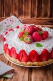 Κανένα ψημένο Cheesecake φραουλών με το τυρί εξοχικών σπιτιών στο ξύλινο υπόβαθρο, εκλεκτική εστίαση Στοκ εικόνα με δικαίωμα ελεύθερης χρήσης