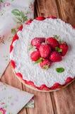 Κανένα ψημένο Cheesecake φραουλών με το τυρί εξοχικών σπιτιών στο ξύλινο υπόβαθρο, εκλεκτική εστίαση Στοκ φωτογραφία με δικαίωμα ελεύθερης χρήσης