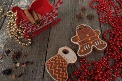 Κανέλα μελοψωμάτων Χριστουγέννων, διακοσμήσεις Χριστουγέννων, τσάι, χάντρες, έλκηθρο Santas Στοκ Εικόνες