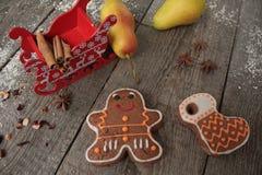 Κανέλα μελοψωμάτων Χριστουγέννων, διακοσμήσεις Χριστουγέννων, τσάι, χάντρες, έλκηθρο Santas Στοκ Φωτογραφία