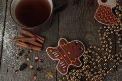 Κανέλα μελοψωμάτων Χριστουγέννων, διακοσμήσεις Χριστουγέννων, τσάι, χάντρες, έλκηθρο Santas Στοκ Φωτογραφίες
