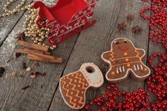 Κανέλα μελοψωμάτων Χριστουγέννων, διακοσμήσεις Χριστουγέννων, τσάι, χάντρες, έλκηθρο Santas Στοκ φωτογραφίες με δικαίωμα ελεύθερης χρήσης
