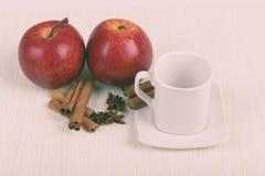 Κανέλα της Apple και κενό φλυτζάνι Στοκ Φωτογραφία