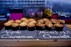 Κανέλα της Apple και μικτό κέικ φλυτζανιών σοκολάτας καρυδιών στο μαύρο πίνακα α Στοκ Εικόνα