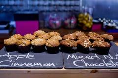 Κανέλα της Apple και μικτό κέικ φλυτζανιών σοκολάτας καρυδιών στο μαύρο πίνακα α Στοκ Φωτογραφίες