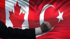 Καναδάς εναντίον της αντιμετώπισης της Τουρκίας, διαφωνία χωρών, πυγμές στο υπόβαθρο σημαιών απόθεμα βίντεο