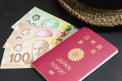 Καναδικά δολάρια και ιαπωνικό διαβατήριο Στοκ εικόνα με δικαίωμα ελεύθερης χρήσης