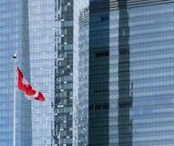 Καναδική σημαία που πετά στο μπροστινό γραφείο προσόψεων γυαλιού στοκ φωτογραφία με δικαίωμα ελεύθερης χρήσης
