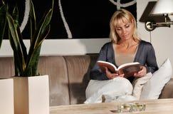καναπές ανάγνωσης Στοκ φωτογραφία με δικαίωμα ελεύθερης χρήσης