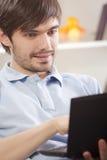 καναπές ατόμων lap-top υπολογι&s στοκ εικόνες