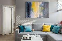 Καναπές γωνιών και άσπρος πίνακας στοκ εικόνες