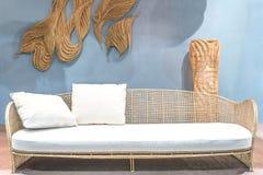 Καναπές ινδικού καλάμου χαλάρωσης στο καθιστικό Στοκ Φωτογραφία