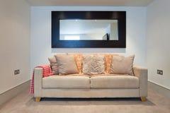καναπές καθρεφτών Στοκ φωτογραφίες με δικαίωμα ελεύθερης χρήσης