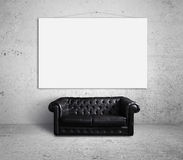 Καναπές και αφίσα Στοκ φωτογραφία με δικαίωμα ελεύθερης χρήσης