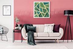 Καναπές και γεωμετρική ζωγραφική στοκ εικόνες