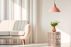 Καναπές και λουλούδια στον πίνακα Στοκ Φωτογραφίες