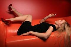 καναπές κοριτσιών Στοκ Εικόνες