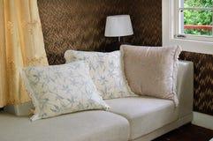 καναπές μαξιλαριών μαξιλα&r Στοκ εικόνες με δικαίωμα ελεύθερης χρήσης