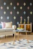 Καναπές με τα ζωηρόχρωμα μαξιλάρια στο καθιστικό Στοκ φωτογραφίες με δικαίωμα ελεύθερης χρήσης