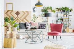 Καναπές με τα μαξιλάρια Στοκ εικόνα με δικαίωμα ελεύθερης χρήσης