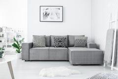 Καναπές με τρία μαξιλάρια στοκ φωτογραφία με δικαίωμα ελεύθερης χρήσης