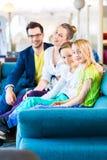 Καναπές οικογενειακής αγοράς στο κατάστημα επίπλων στοκ εικόνες