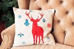Καναπές που διακοσμείται για τα Χριστούγεννα με το μαξιλάρι Στοκ Εικόνα