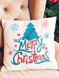 Καναπές που διακοσμείται για τα Χριστούγεννα με το μαξιλάρι Στοκ Φωτογραφίες