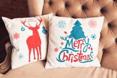 Καναπές που διακοσμείται για τα Χριστούγεννα με το μαξιλάρι Στοκ Εικόνες