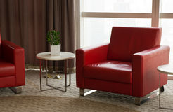 Καναπές, πολυθρόνες και πίνακας στην αρχή Στοκ Εικόνες
