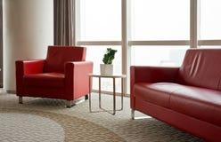 Καναπές, πολυθρόνες και πίνακας στην αρχή Στοκ Φωτογραφίες