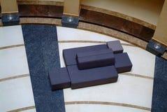 Καναπές στη βιβλιοθήκη Στοκ Εικόνες