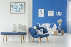 Καναπές στο άσπρο εσωτερικό Στοκ εικόνα με δικαίωμα ελεύθερης χρήσης
