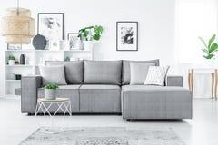 Καναπές στο καθιστικό στοκ φωτογραφία με δικαίωμα ελεύθερης χρήσης