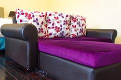 Καναπές στο δωμάτιο ξενοδοχείου Στοκ φωτογραφία με δικαίωμα ελεύθερης χρήσης