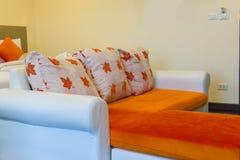 Καναπές στο δωμάτιο ξενοδοχείου Στοκ Εικόνες