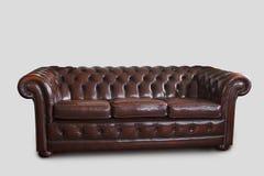 Καναπές του Τσέστερφιλντ στο λευκό Στοκ Εικόνες
