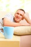 καναπές χαλάρωσης ατόμων φ&la Στοκ Εικόνα