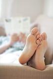 καναπές χαλάρωσης ατόμων Στοκ Εικόνα