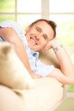 καναπές χαλάρωσης ατόμων Στοκ Φωτογραφία