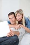 καναπές χαλάρωσης ζευγών Στοκ Εικόνες
