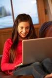 καναπές χαλάρωσης lap-top κοριτσιών εφηβικός Στοκ φωτογραφίες με δικαίωμα ελεύθερης χρήσης