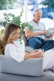 καναπές χαλάρωσης ζευγών Στοκ εικόνες με δικαίωμα ελεύθερης χρήσης