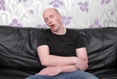καναπές ύπνου ατόμων Στοκ Εικόνες