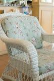 Καναπές ύφανσης με τη διακόσμηση μαξιλαριών μαξιλαριών Στοκ Φωτογραφία